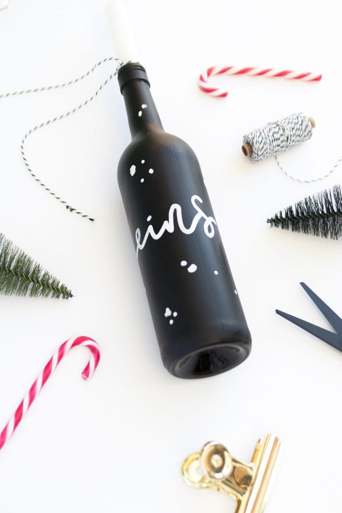 Adventskranz aus Flaschen selbermachen. Liegende Flasche mit weihnachtlicher Dekoration.