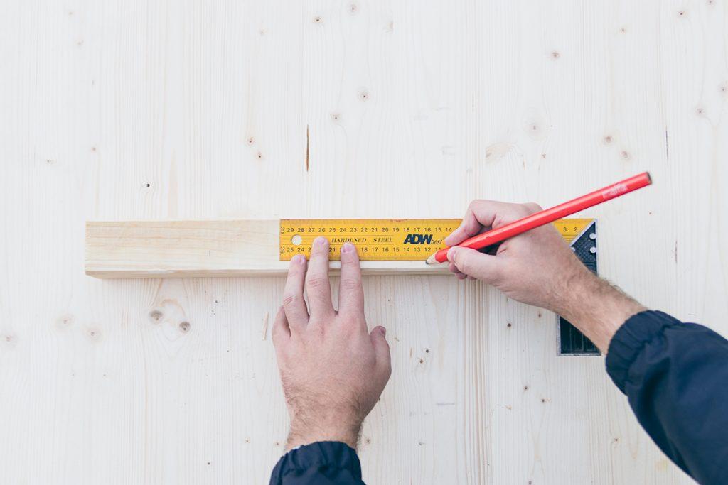 Holz mit einem Lineal abmessen