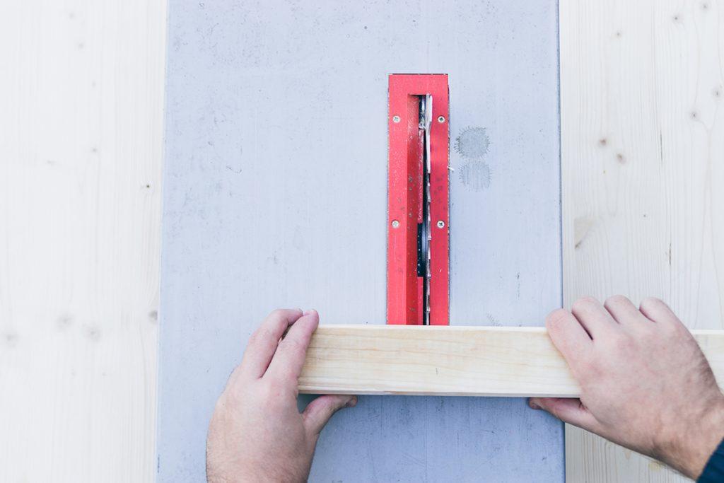 Holz mit einer Säge zusägen
