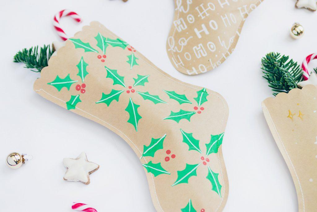 DIY: Weihnachtsstrümpfe aus Papier mit Stechpalmen