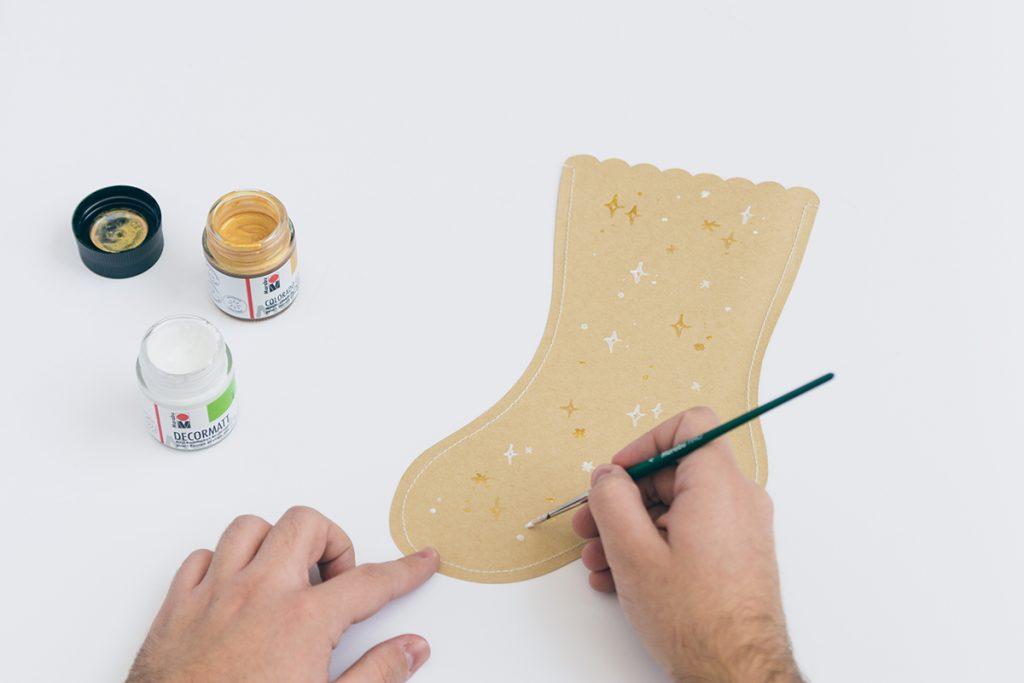 DIY: Weihnachtsstrümpfe aus Papier, Sternchen-Muster malen