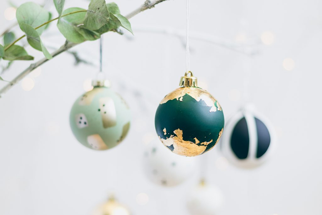 Weihnachtskugeln mit Blattgold